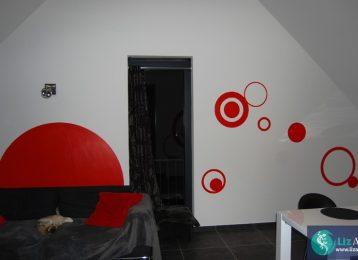 Muurschildering van rode cirkels in de eetkamer