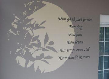 Decoratieve schildering takken door het maanlicht met een gedicht