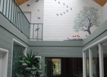 Decoratieve muurschildering boom met klaprozen en vogels