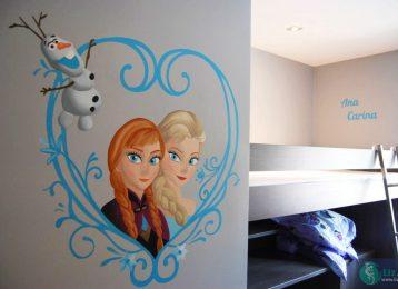 Muurschildering Frozen met Anna, Elsa en Olaf in een hart van ijs met namen kinderen op de achtergrond