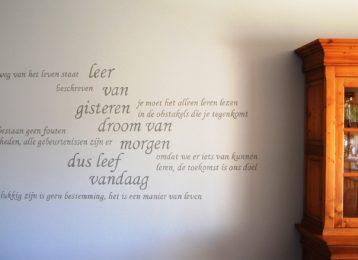 Geschilderde muurtekst in het salon