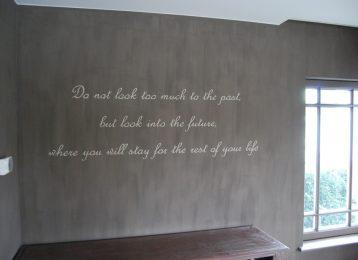 Geschilderde Engelse muurtekst in het salon