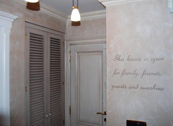 Geschilderde muurtekst in de inkomhal