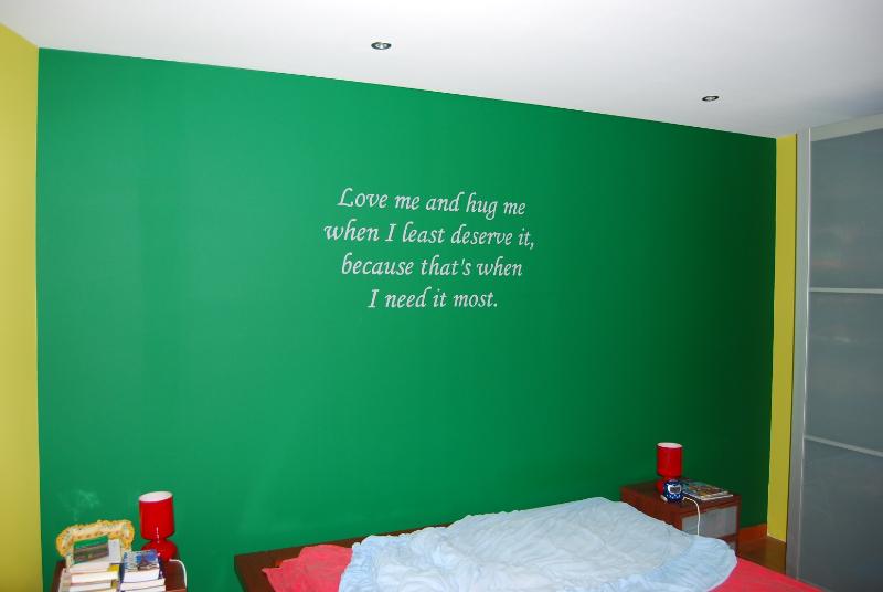 geschilderde muurtekst in de slaapkamer