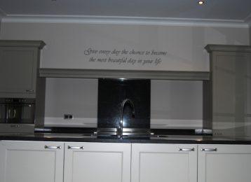 Geschilderde spreuk op de dampkap in de keuken