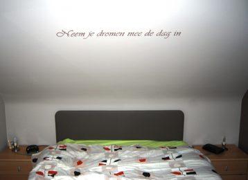 Geschilderde slogan in de slaapkamer