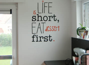 Geschilderde muurtekst: Life is short eat dessert first