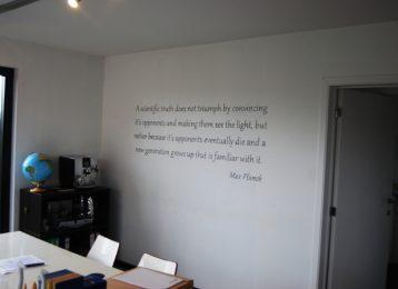 Geschilderd citaat in een kantoor