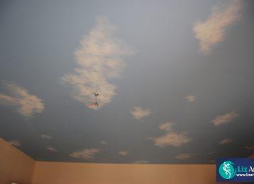 Muurschildering van een blauwe lucht en wolkjes