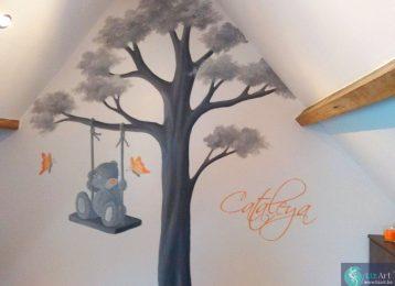 Muurschildering schommelende Me to You beer met oranje vlinder en naamsvermelding