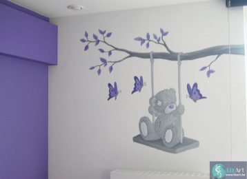 Wandschildering schommelende me to you beer met paarse vlinders