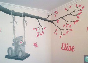 Muurschildering van Me To You Beer op schommel aan een tak met vlinders