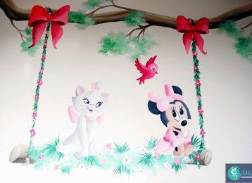 Muurschildering van speelafspraakje tussen Marie van De Aristokatten en een kleine Minnie Mouse