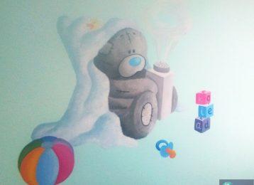 Muurschildering Me To You beer met poeder en speelgoed