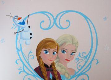 Muurschildering Frozen met Anna, Elsa en Olaf in een hart van ijs