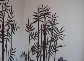 Muurschildering van bamboe met een spreuk
