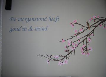 Decoratieve muurschildering van een bloesemtak