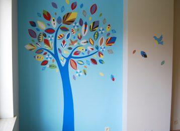 Decoratieve wandschildering boom met artistieke blaadjes en vogels