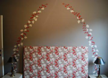 Geschilderde decoratie passend bij het motief van het bed