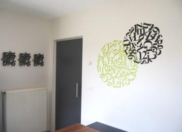 Muurschildering van letters die cirkels vormen in een bureau