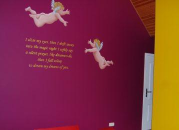 Muurschildering van een gedicht met engelen er rond