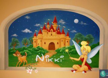 Muurschildering met Bambi en Tinkerbel in een raam