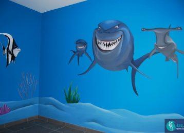 Muurschildering in kinderkamer met de haaien uit Finding Nemo