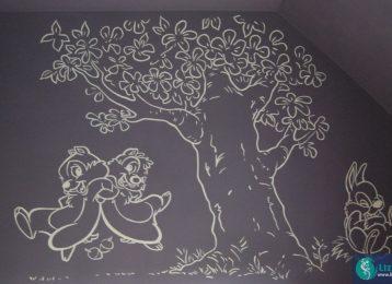 Lijntekening in kinderkamer van Knabbel en Babbel met boom en Stampertje.