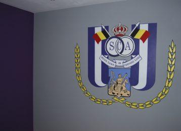Een muurschildering van het logo van RSC Anderlecht