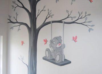 Me to you beer op een schommel met roze vlinders