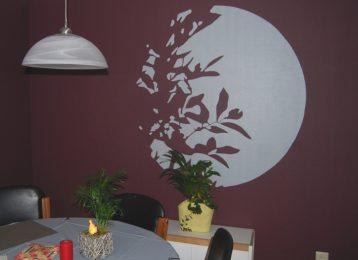 Decoratieve muurschildering van een boom in het maanlicht