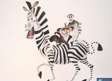 Muurschildering uit Madagascar. Zebra Marty bouwt met zijn vriendjes een feestje in de kinderkamer.