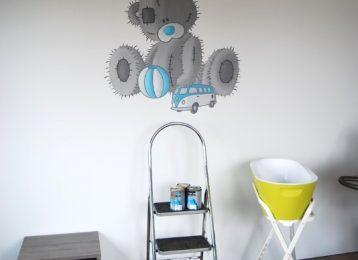 Wandschildering Me To You Bear met speelgoed