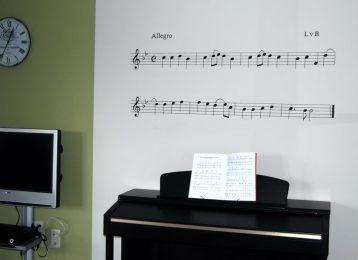 """Muurschildering notenbalken met het refrein van """"Ode to Joy""""."""