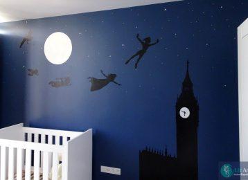 Peter Pan en vriendjes vliegen door Londen bij nacht op weg naar avontuur