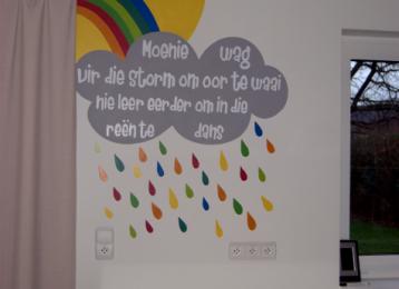 Muurschildering regenboog met regenwold en spreuk