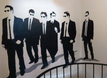 Muurschildering bij trap van de bekende Tarantino film Reservoir Dogs