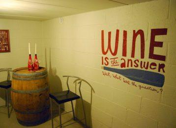 Decoratieve muurschildering wijnkelder met muurtekst