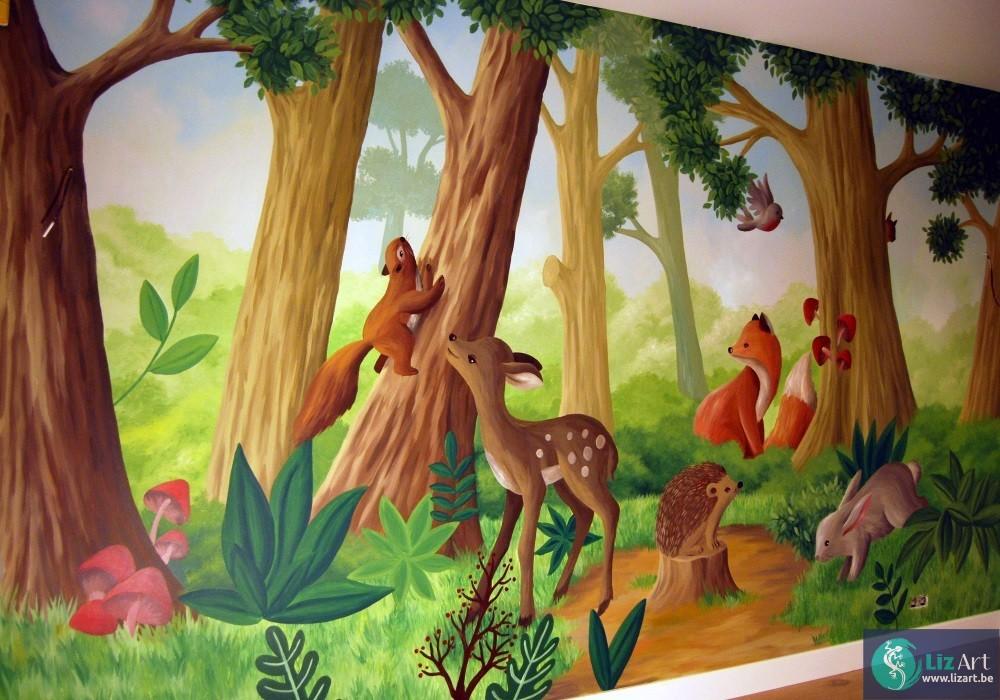 Muurschildering van een boslandschap vol schattige dieren.
