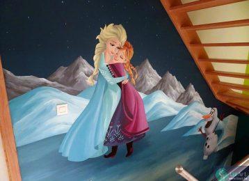 Muurschildering in traphal van knuffelende prinsessen uit Frozen