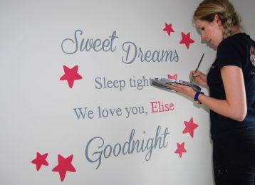 Bijna klaar: dit persoonlijke versje in de babykamer met sterren