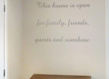 Een uitgesproken welkom voor iedereen prijkt in deze woning.