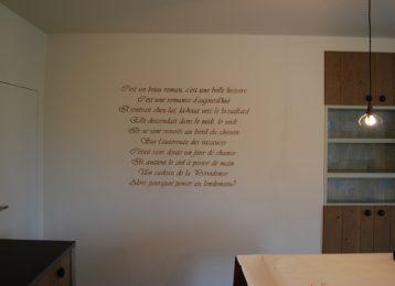 Een geschilderde tekst uit een Frans liedje