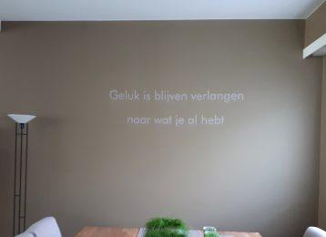 Geschilderde muurtekst eetkamer: Geluk is...