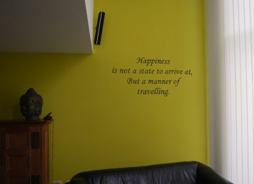 "Muurtekst ""happiness"" in een salon"