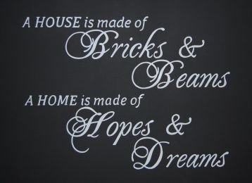 Geschilderde tekst: A house is made of bricks and beams, a home is made of hopes and dreams.