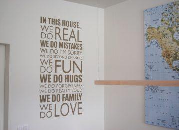 """Geschilderde muurtekst """"In this house"""""""