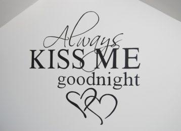 """Geschilderde muurtekst """"kiss goodnight"""" met hartjes in de slaapkamer"""