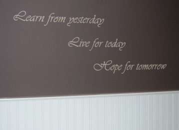 "Muurtekst ""learn from yesterday"""