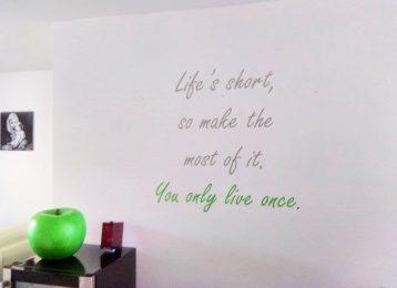 """Geschilderde tekst: """"You only live once"""""""